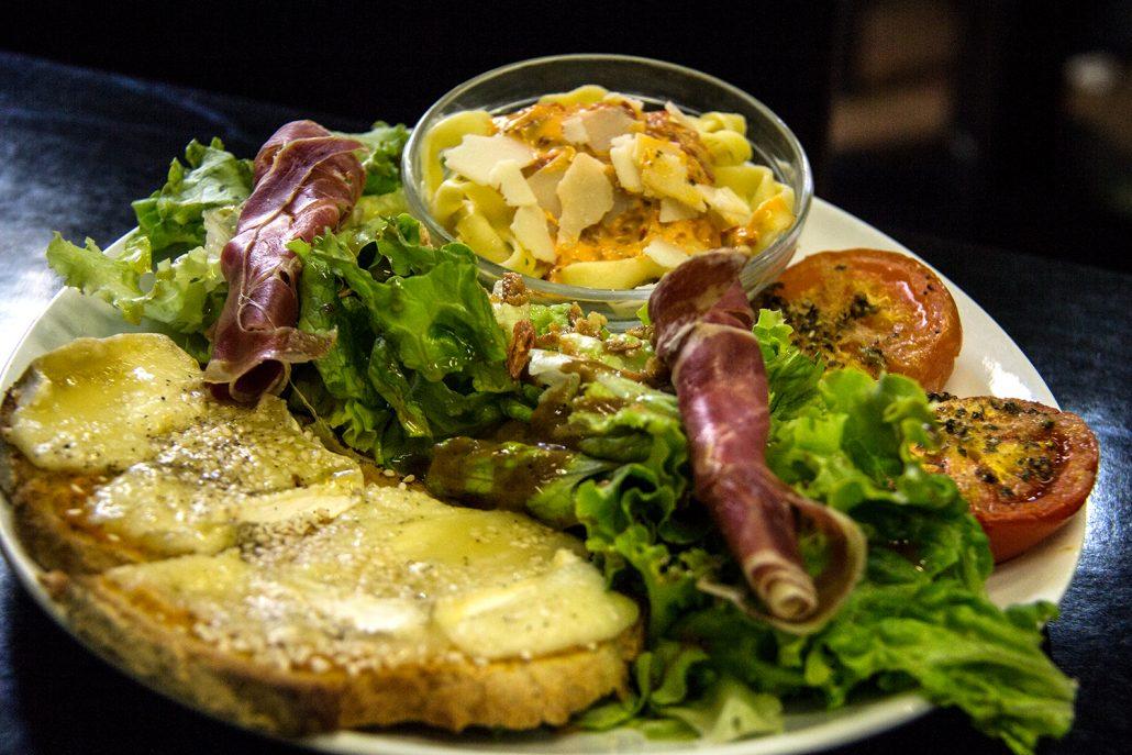 repas-salade-dejeuner-balcon-gourmand-lunel-salon-de-the